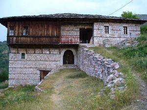 Maison de Galičnik, avec trois niveaux et un tchardak à encorbellement.